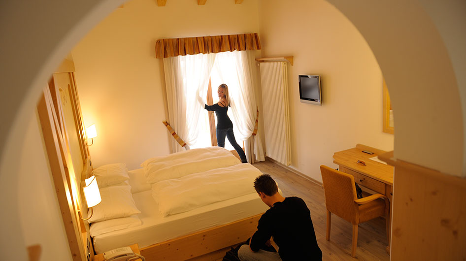 Man and woman look at the room just arrived at the Hotel Ambiez